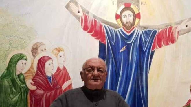COMBATTIVO Don Mario Guidi, 76 anni, milanese, parroco da due anni e mezzo a Gabicce mare non si aspettava di ritrovarsi aggredito e picchiato in canonica da una donna che lo voleva rapinare