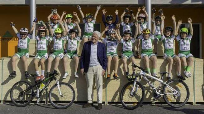 Vigo Nulli con i piccoli atleti della squadra di Montain BIke