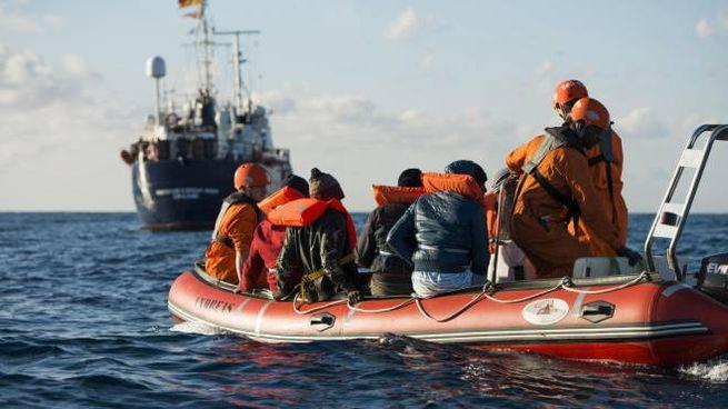 Un salvataggio di migranti nel Mediterraneo (Ansa)