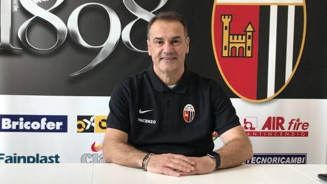 Il tecnico dell'Ascoli Vincenzo Vivarini presenta la sfida di Cosenza