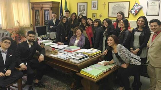 FOTO DI GRUPPO Docenti e studenti con la preside del Benelli al centro