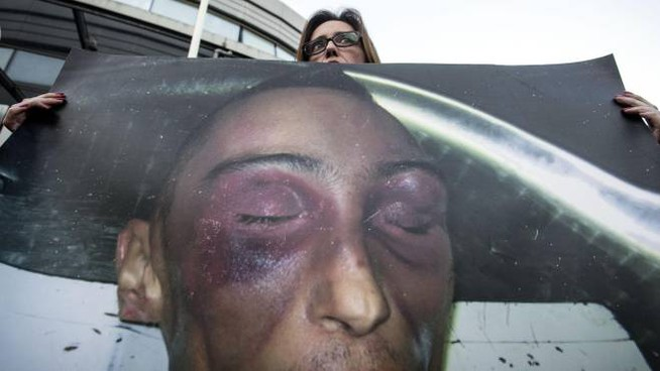 Ilaria Cucchi mostra la foto del fratello Stefano (Ansa)