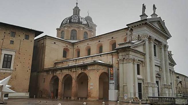 PERICOLO E' il ghiaccio la vera insidia per le strade di Urbino, ecco tre immagini scattate ieri  in diversi punti della città