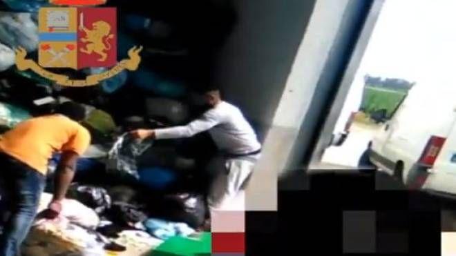Raccolta abiti usati (Frame video polizia)