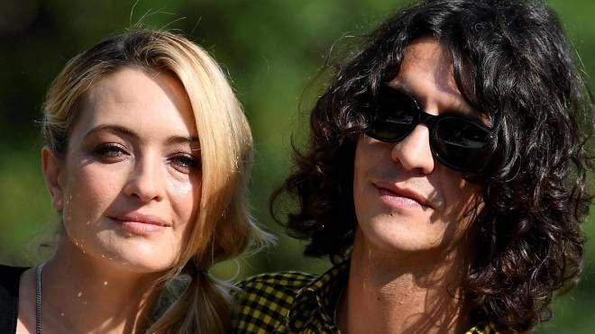 Francesco Motta, 32 anni, con la compagna, Carolina Crescentini, 38 anni (Ansa)