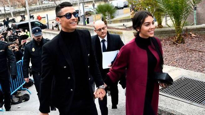 Cristiano Ronaldo e Georgina Rodriguez, fuori dal Tribunale di Madrid