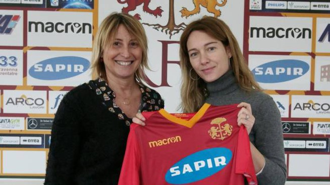 Cristiana Capotondi (a destra) riceve la maglia del Ravenna dal dg Claudia Zignani