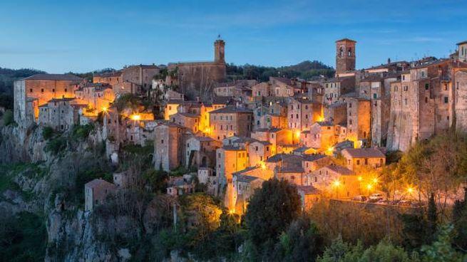 Sorano, un'immagine suggestiva dell'atmosfera serale nel borgo toscano
