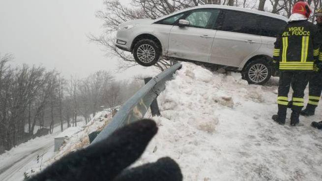 Auto in bilico su un burrone: paura per una famiglia in Garfagnana