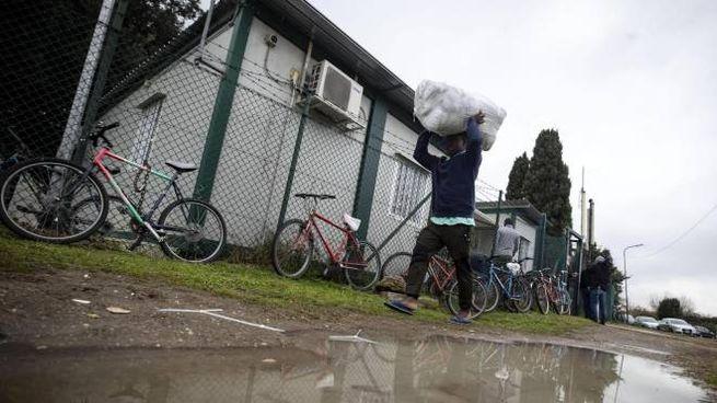 Migranti e richiedenti asilo del Cara di Castelnuovo di Porto (Ansa)