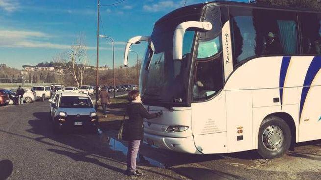 La deputata Rosella Muroni di Leu blocca la partenza del bus (foto Dire)