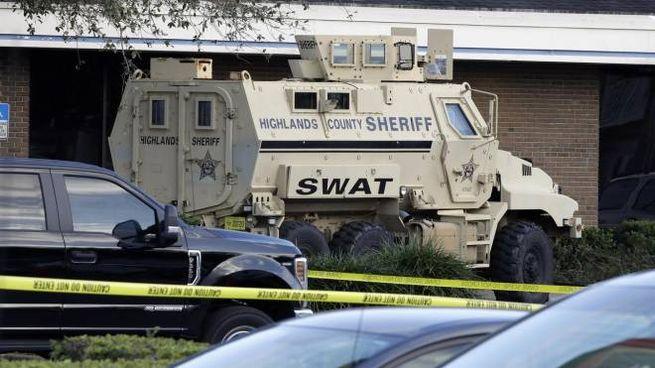 Sparatoria in banca in Florida: 5 morti. L'arrivo dei reparti speciali Swat (Ansa)