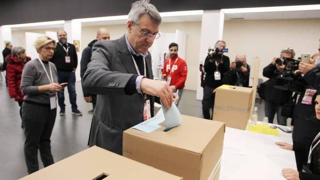 Maurizio Landini al voto al congresso Cgil (Lapresse)