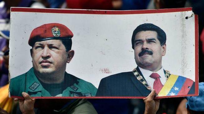 Venezuela, un manifesto con Hugo Chavez e Nicolas Maduro (Lapresse)