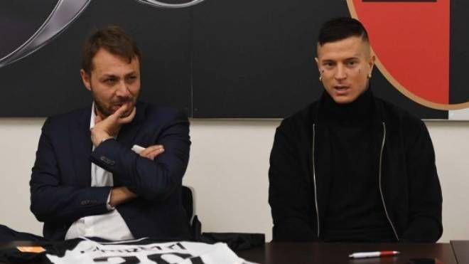 Il ds Antonio Tesoro con l'attaccante Amato Ciciretti