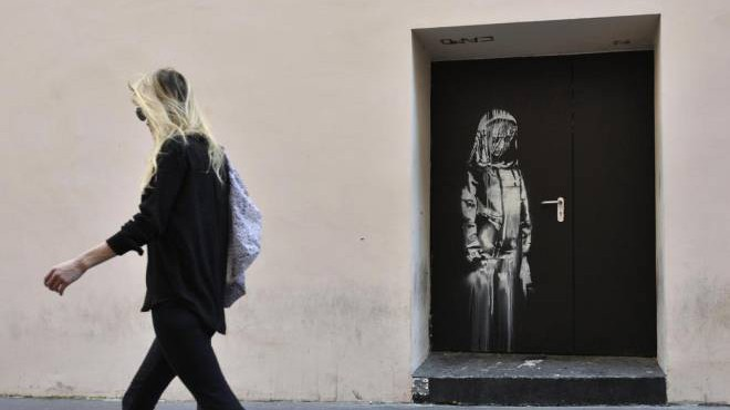 L'opera attribuita a Banksy sulla porta del Bataclan (Ansa)