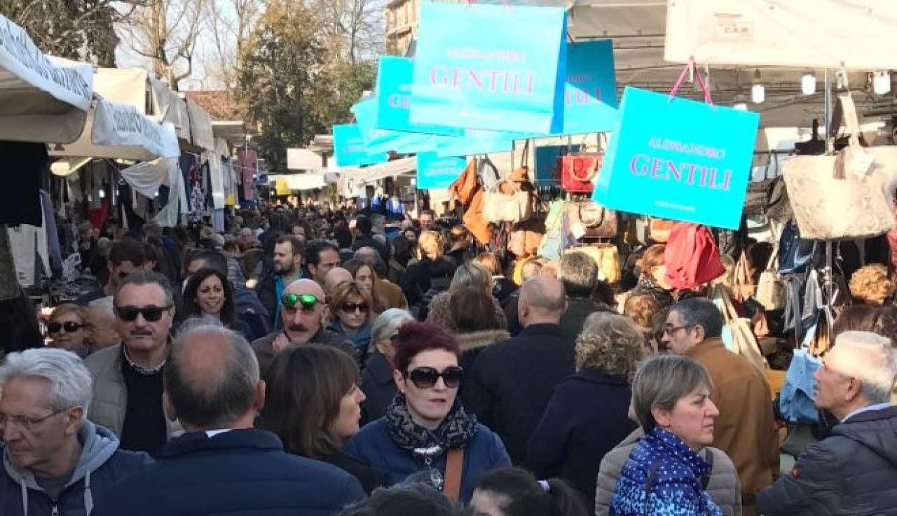 """Via Pietro Nenni Giussano gli ambulanti di forte dei marmi®"""" a giussano domenica 31"""