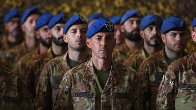 Soldati italiani della Nato (Ansa)