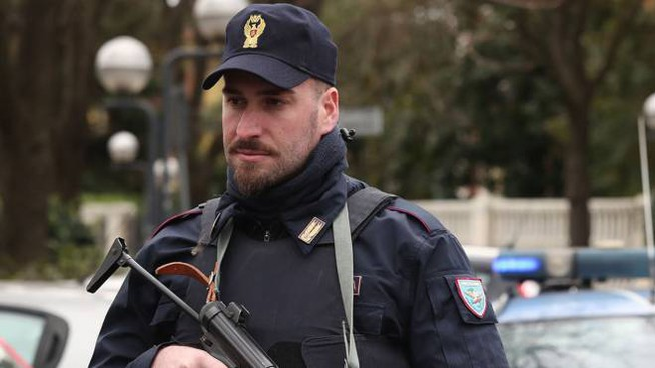 Accattonaggio a Imola, un agente nel corso di un posto di blocco (Isolapress)