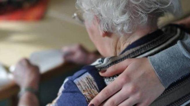 Un'anziana con la badante (foto d'archivio)