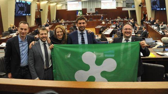 Consiglieri leghisti con la bandiera della Regione Lombardia