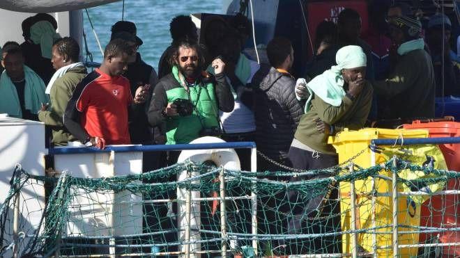 Sea Watch 3, i migranti e l'equipaggio pronti a sbarcare a Catania (Ansa)
