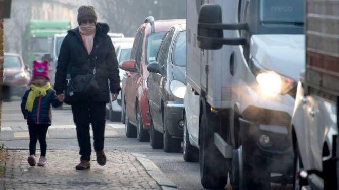 I pedoni camminano a pochi centimetri dalle auto