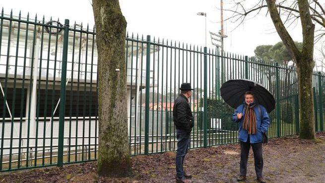Curiosi davanti alla cancellata dello stadio comunale Galli