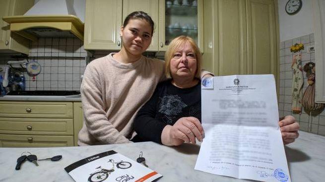Yara con la mamma adottiva Stefania, che mostra le denuncia presentata dopo il furto