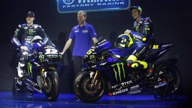 La nuova Yamaha, a sinistra Maverick Vinales, a destra Valentino Rossi (Ansa)