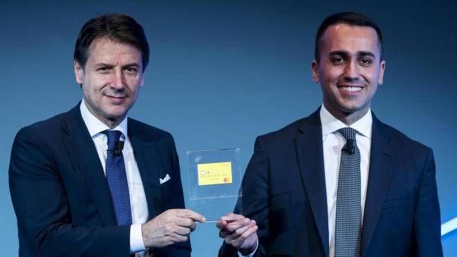 Di Maio e Conte presentano la card del reddito di cittadinanza (Ansa)