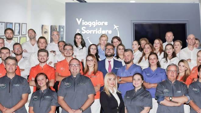 Un gruppo di medici, infermieri e collaboratori della clinica albanese