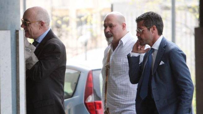 Fabio Giannelli (al centro), già indagato per il caso Corini,  a palazzo di giustizia da testimone
