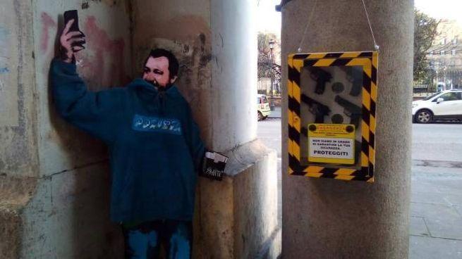 Un nuovo murales di Sirante che ritrae Salvini e sullo sfondo delle pistole (Ansa)