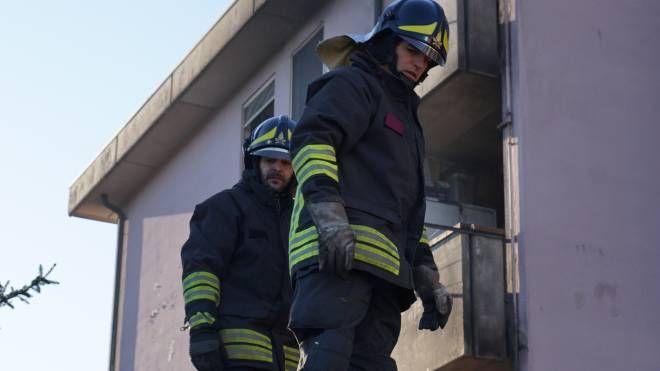 I vigili del fuoco hanno spento l'incendio nell'abitazione, poi i carabinieri hanno denunciato il responsabile