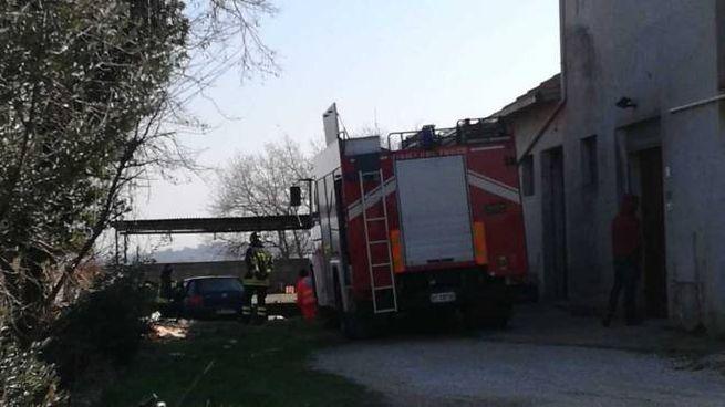 Vigili del fuoco e 118 nel luogo del tragico incidente,  in contrada Illuminati, a Urbisaglia