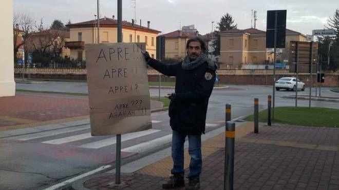 Il commerciante Marco Gulmanelli e tra i cittadini che chiedono un immediato intervento