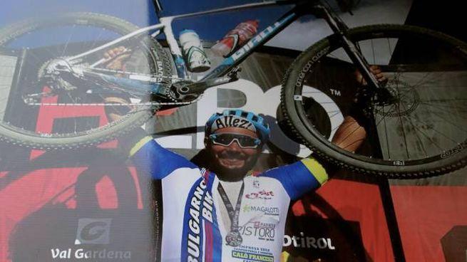 Nicola Parentelli, morto un anno fa, con la sua mountain bike