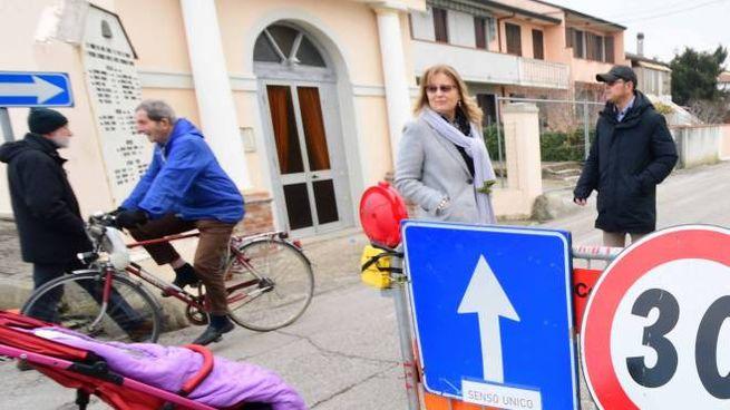 Una delle tante proteste contro la chiusura della strada (foto Donzelli)