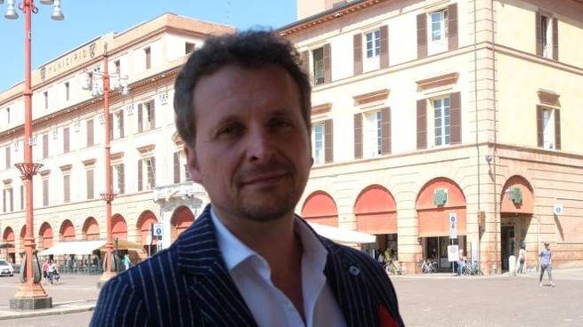 Marco Ravaioli in piazza Saffi davanti al Comune, per il quale correrà a fine maggio