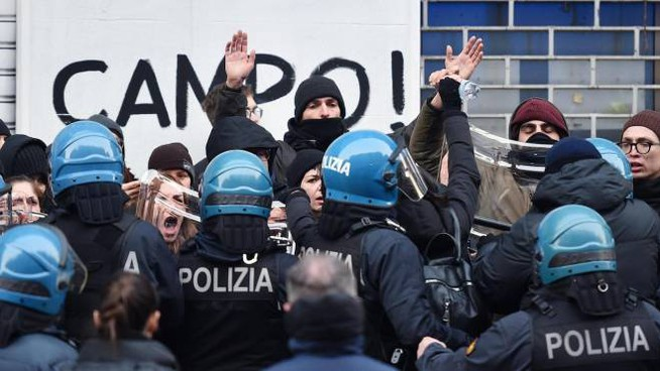 Un momento dello sgombero dell'asilo occupato a Torino (Ansa)
