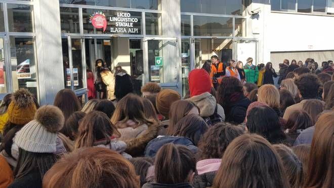Studenti e autorità davanti all'ingresso del liceo per il taglio del nastro
