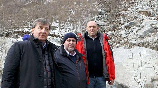 Elio Moretti, Simone Songini e Massimo Sertori nel corso del sopralluogo (Anp)