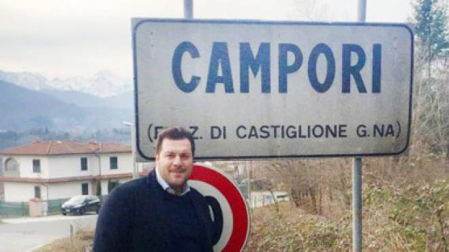 Il consigliere comunale promotore dell'iniziativa, Roberto Tamagnini, davanti al cartello