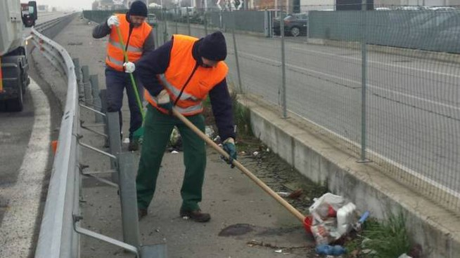 La pulizia della strada dai rifiuti