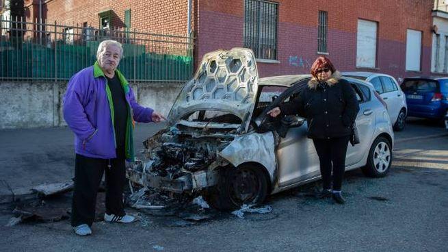 Gianfranco Magni mostra la sua auto ormai ridotta ad un rottame (NewPress)