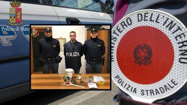 I poliziotti con il materiale sequestrato