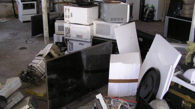 Il magazzino trasformato in discarica