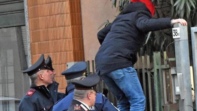 I carabinieri fuori dalla casa di Limbiate nella quale l'uomo ha esploso un colpo contro il figlio