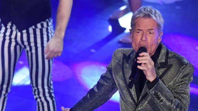 Claudio Baglioni durante la quarta serata di Sanremo (LaPresse)